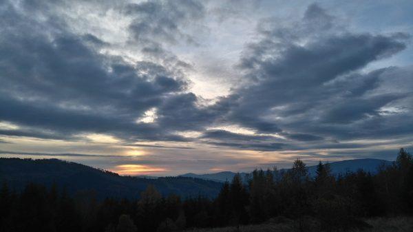 chmury, kolorowe niebo przed zachodem słońca, Beskid Żywiecki